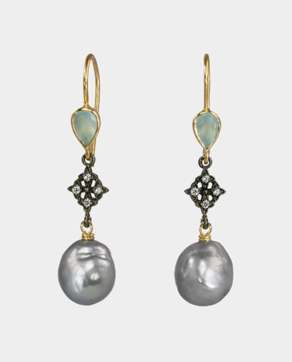 Oprigtige øreringe i moderne stil med lyseblå onys og organiske grå perler - et unikt perlesmykke til unge og modne damer - smykker som gave og til fest
