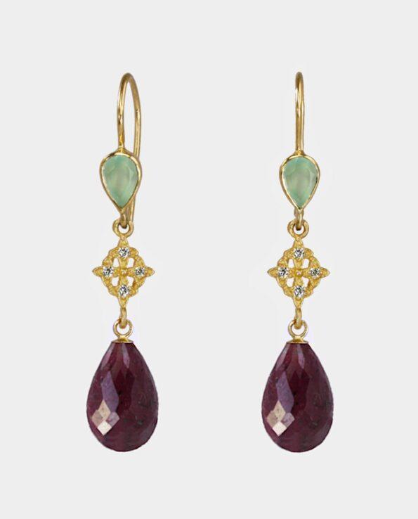 Øreringe med bordeaux dråbeformede rubiner og indfattede lysegrønne aventuriner i orginalt design fra smykkekollektion i indre by