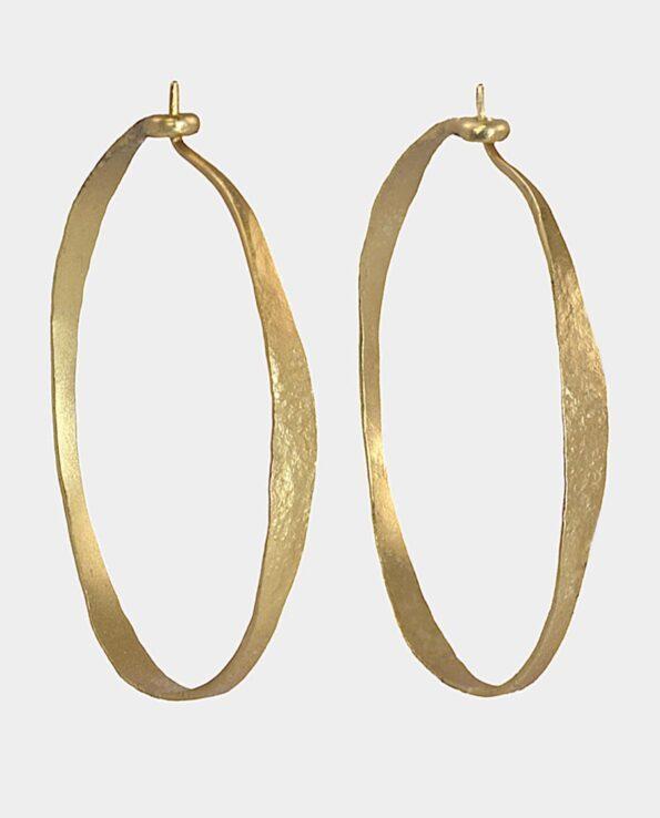 Store hoops fra smykkebutik i København C hamrede i hånden i autentisk balance som betager kvinder der vælger kvalitetsmykker