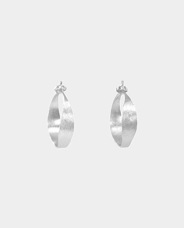 Retro ørering i sølv i klassisk skandinavisk udtryk i et tidløst design som giver dit look et strejf af elegance med en gribende effekt når lyset rammer sølvet