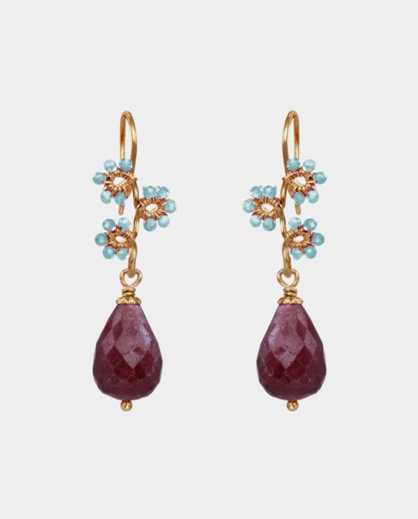 Øreringe med bordeaux dråbeformede rubiner og indfattede lysegrønne akvamariner i orginalt design fra smykkekollektion i indre by